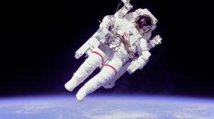 Astronauta em passeio com traje extra veicular (EVA)