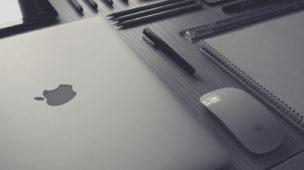 Macbook, Mouse, lápis e caderno