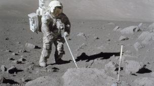 Astronauta coletando solo lunar